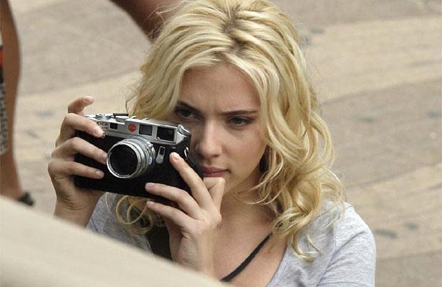 ScarlettJohanssonLeicaM8Camera_640w-bewe