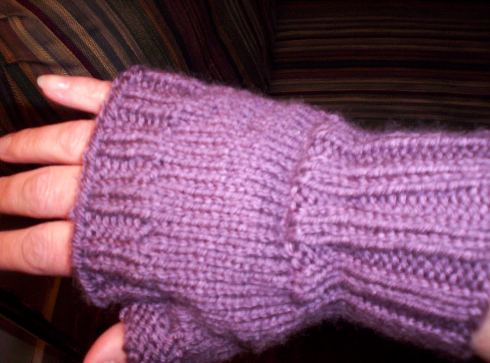 Knit Fingerless Gloves Pattern Free : Busyknitting: Any Idiot Can Knit These Fingerless Gloves-FREE PATTERN