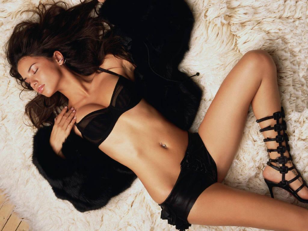 http://3.bp.blogspot.com/_2DrwKI9DpLs/TP1WjO27_oI/AAAAAAAAAlg/1XcAPBywXfU/s1600/Adriana-Lima-14.jpg
