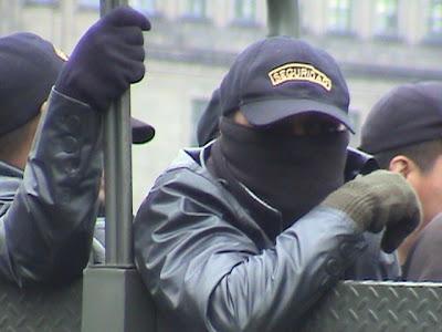 Ejército disfrazado de agente de seguridad.