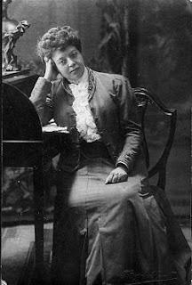 Carme Karr (Barcelona,1865-1943).    Escriptora i feminista que va defensar els drets de les dones