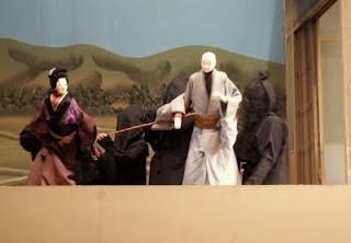 盲目の沢市は、妻・お里に手を引かれて壷坂寺へ