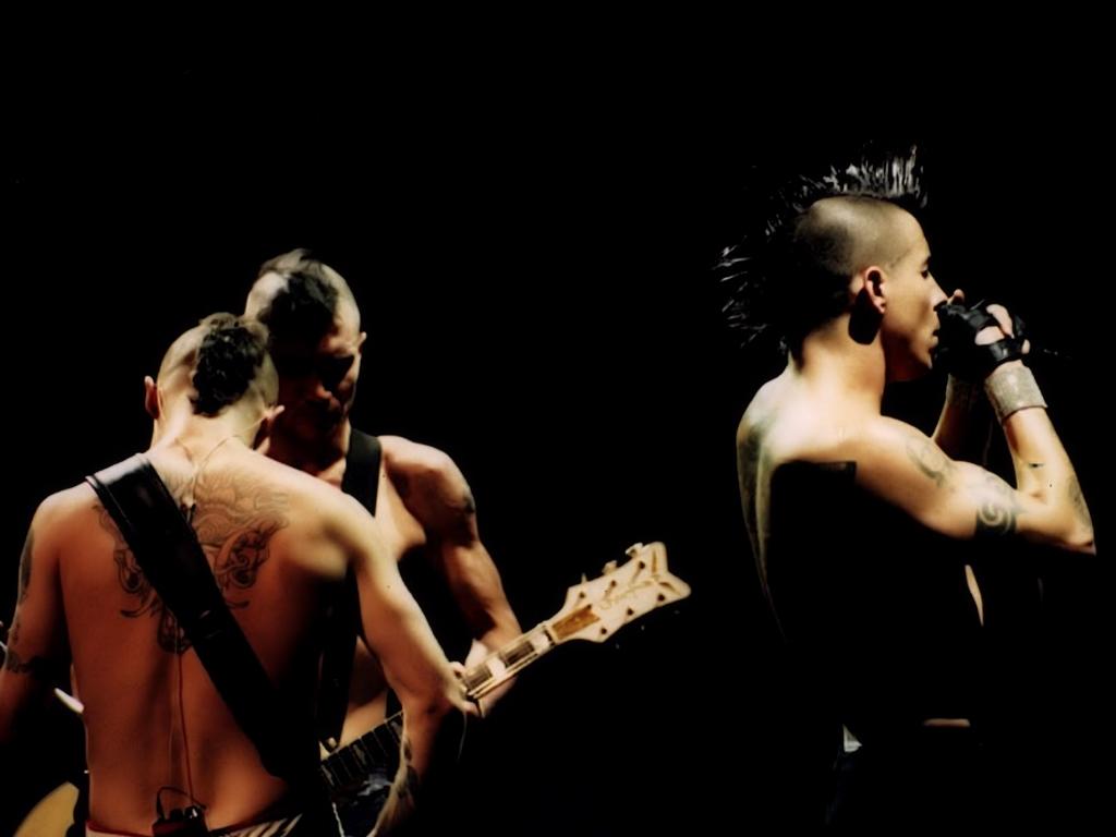 http://3.bp.blogspot.com/_2JrsFCZwp6M/TKp2NRPDF5I/AAAAAAAABvE/OT4_DumTiTQ/s1600/Flea,+Frusciante+y+Kiedis+-+Off+the+Map+-+Wallpaper+%281%29.jpg
