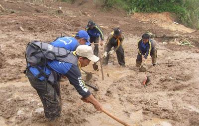 Pencarian Mayat Korban Tanah Longsor