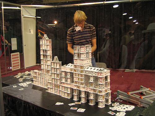 Pria ini membuat rumah kartu tertinggi di dunia sumber