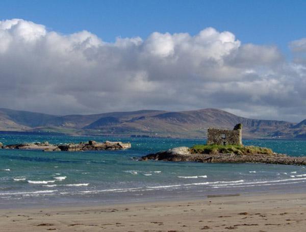 D'Plage vun Ballinskellig mam Mc Carthy Castle, einfach grouss'arteg