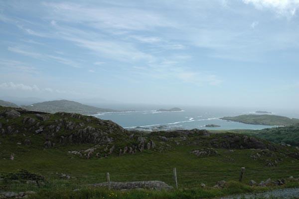 Eng Foto vun weitem op des Kenmare Bay an der Gegend vun Caherdaniel