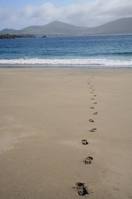 Stivelspueren am Sand, emmer verdechteg
