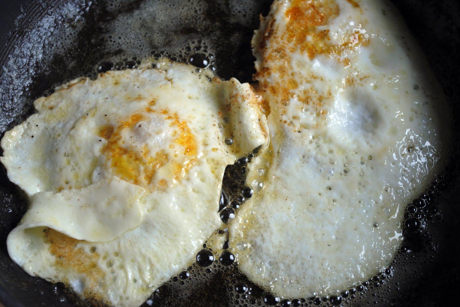 Пожарить яичницу на сковороде рецепт