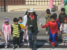 """"""" Pequeños de Kinder A y B, visitan a nuestros vecinos, con mensajes y dulces """""""