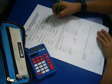 Alumnos de Sexto Básico, utilizando calculadora en resolución de problemas...