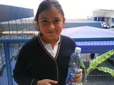 Ella toma agua y NO bebida...