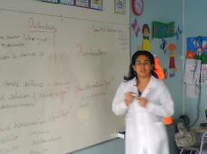 Profesora Nelly, explicando las actividades del día...