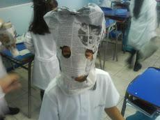 Una máscara, un sombrero, pero todo de papel...