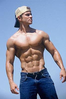 Why do women prefer the bodybuilder physique over the