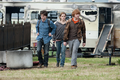 Harry, Hermione e Ron chegam a um parque de caravanas queimado. - Harry Potter e As Relíquias da Morte