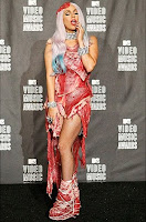 Lady Gaga explica vestido feito de carne crua usado no VMA