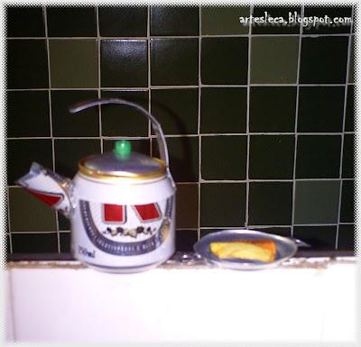 Chaleira e forma de bolo feitas de latinhas