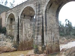 Vista desde el lecho del río Odiel.Puente antiguo