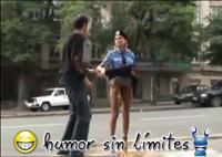 policia Se le vuela la falda a la mujer policia