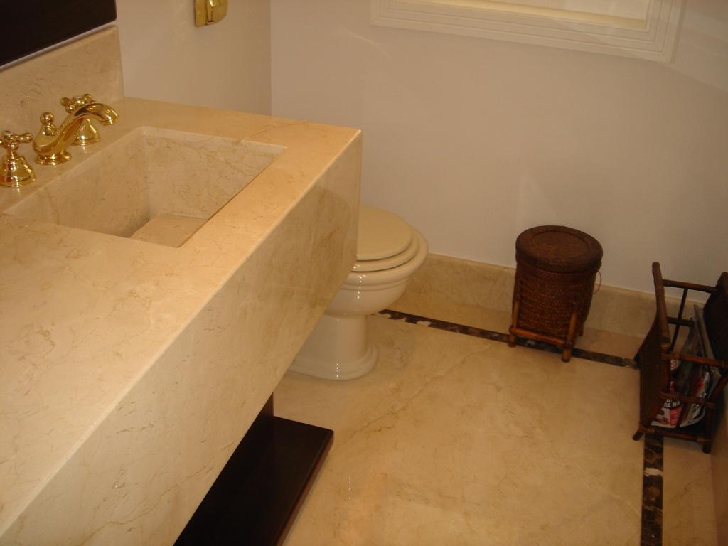 Bancada Cuba e Piso de Mármore Crema Marfil com detalhe no piso em  #24130A 1024x768 Bancada De Banheiro Em Marmore Carrara
