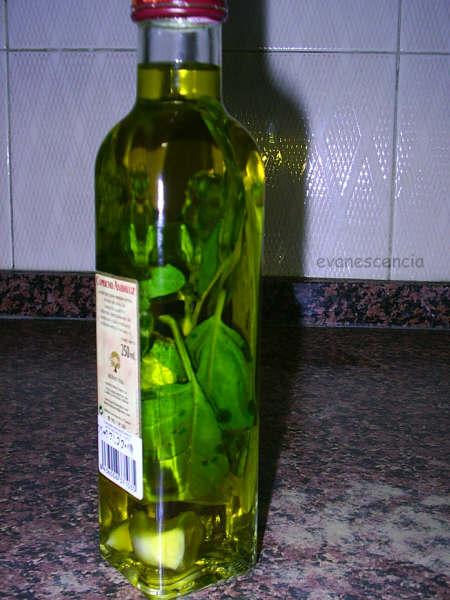 botella de aceite cerca