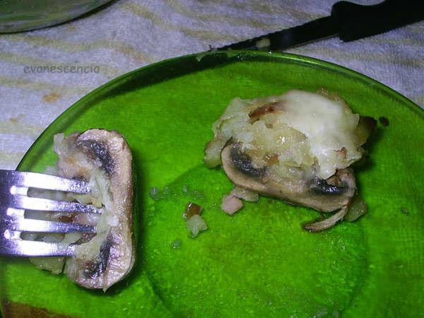 champiñon relleno cortado por la mitad