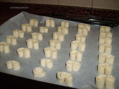 palmeritas de hojaldre sobre bandeja horno