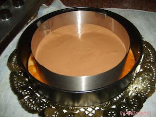 mousse de chocolate sobre bizcocho
