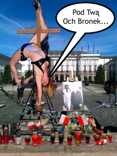 Pod Twą Och Bronek - Krzyż przed pałacem prezydenckim