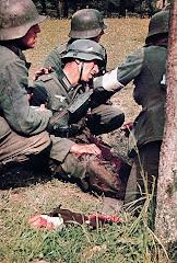 Soldados socorrem colega ferido.