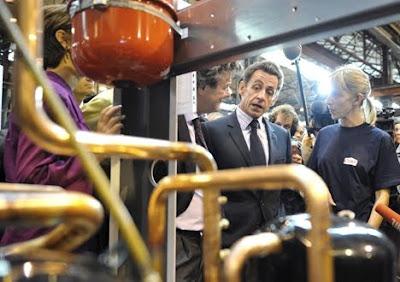 Nicolas Sarkozy annonce le montant de la taxe carbone : 17 euros par tonne. Entrant en vigueur en 2010, la Contribution climat énergie doit contribuer à la lutte contre le réchauffement climatique. La taxe carbone doit également remplacer les recettes de la taxe professionnelle.- Thierry Follain, conseil éditorial, contenus web et print - http://terrenatale.blogspot.com/