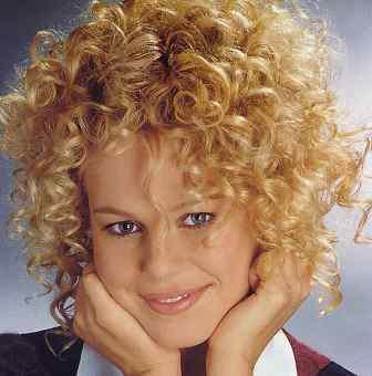 Los 25 peinados para cabellos rizados que adoramos de Pinterest - Peinados Pelo Medio Rizado