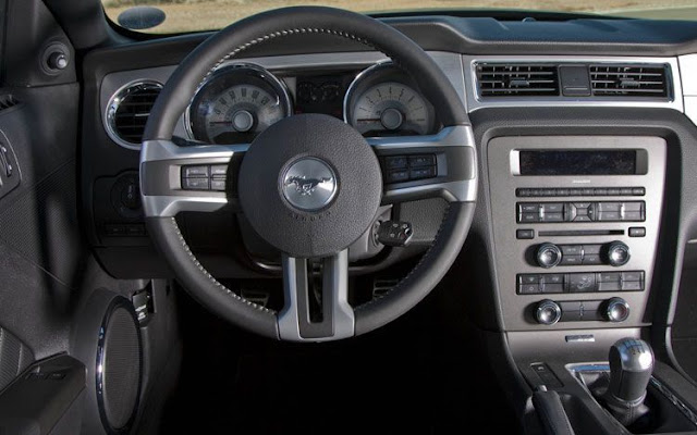 Instrument panel view of 2011 Ford Mustang