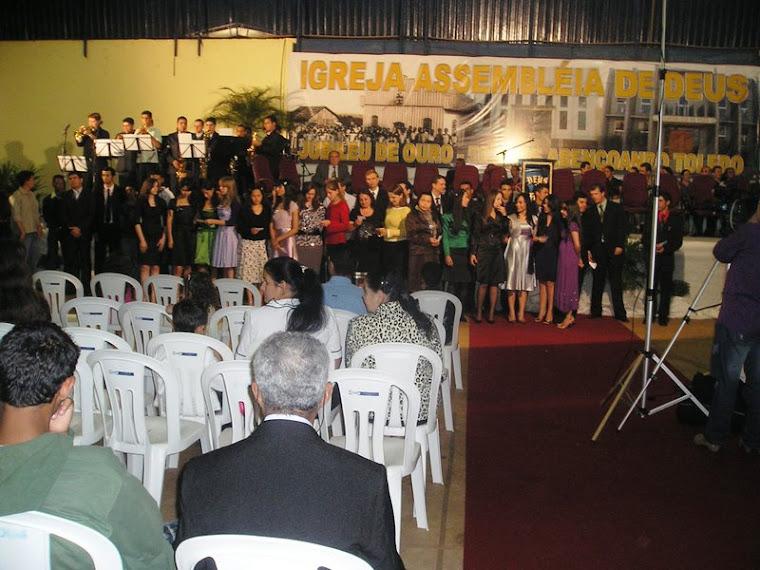 Jovens louvando na comemoração do jubileu de ouro da Assembleia de Deus em Toledo-Pr.