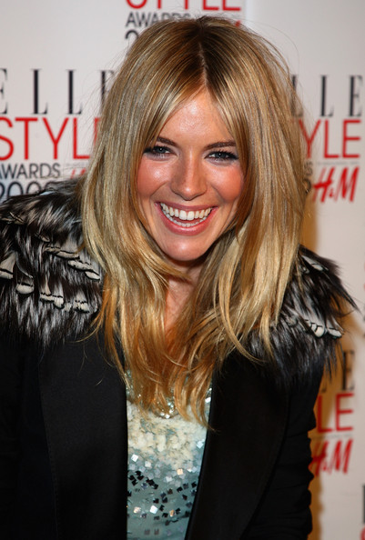 Awards 2009 wearing a medium length layered hairstyles in blond shade.