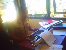 Penyidik membuat BAP Peristiwa Penganiayaan Calo KTP Terhadap Staff Kelurahan Kota Ndora Borong.