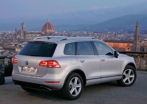 2011 Volkswagen Touareg Luxury Far More back view
