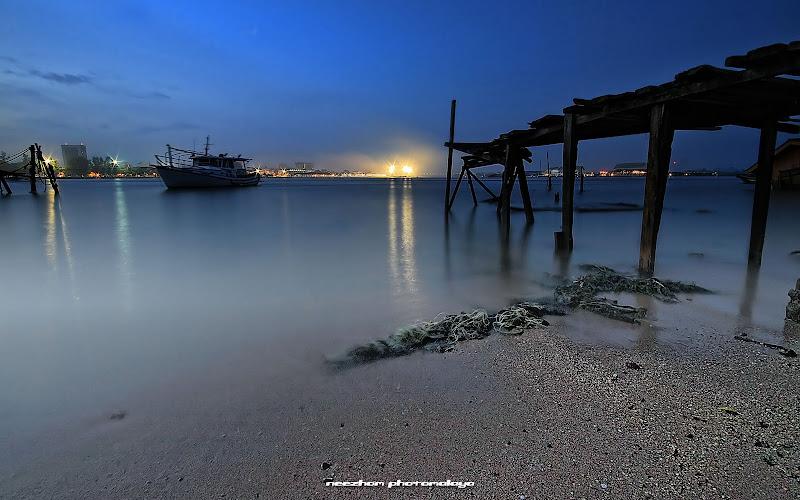 Jeti dan jambatan kayu klasik dan usang di Terengganu