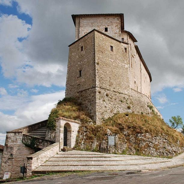 L 39 occhio della valcesano al castello di frontone si for Castello di frontone