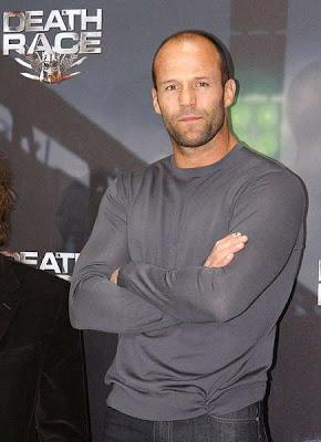 Jason Statham cruzando los brazos