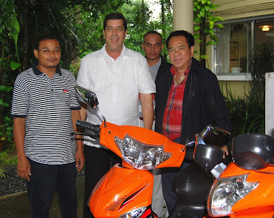 Willy Dela Cruz of Eagle Motorcycles, Dave Dewbre and Chavit Singson in Subic Bay Freeport with 1000 watt electric motorbike to be used in Chavit's Baluarte.