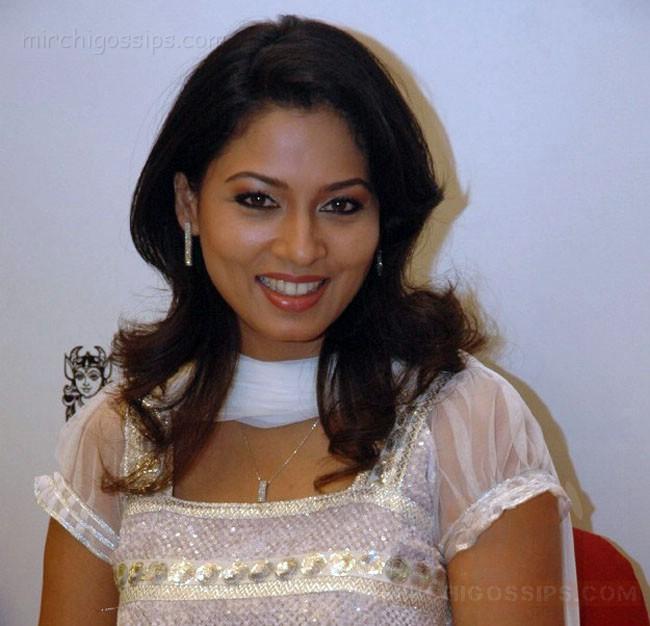 Download Tamil Actress Pooja Umashankar Hot Pics Wallpapers Jpg ...