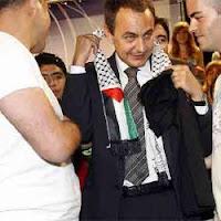Zapatero se deja poner un pañuelo palestino. Una imagen muy simbólica y que resultó ofensiva para las víctimas del terrorismo palestino