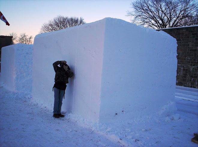 Lucio Vega fotografiando los bloques de nieve