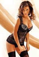 Сексуально нагнувшись Анна Седокова в черном белье подтягивает черные чулочки.