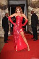 Роскошная женщина Анна Седокова в красном вечернем наряде.