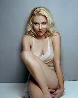 На фото блондинка Скарлетт Йоханссон кокетливо прикрывает свою красивую грудь своей ножкой
