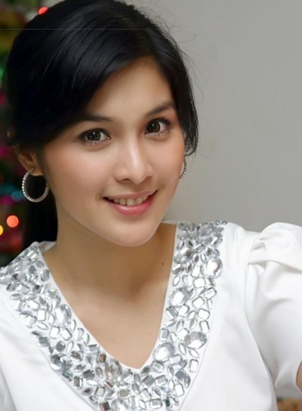 Si Cantik Sandra Dewi Mulai Merambah Ke Dunia Tarik Suara
