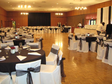 If you plan a formal sophisticated wedding with large round tables and